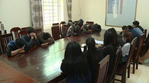 43 nam nữ bay lắc trong quán karaoke treo biển đóng cửa