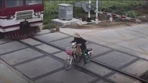 Người phụ nữ đi xe điện gặp kết thảm khi cố tình vượt đường tàu