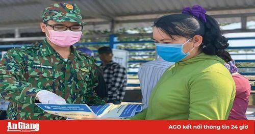 Bộ đội cụ Hồ 'nhường cơm sẻ áo', giúp dân chống dịch bệnh