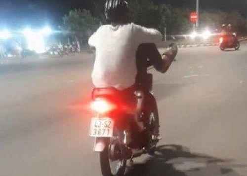 Xử phạt thanh niên điều khiển xe máy bằng chân dạo phố Đà Nẵng