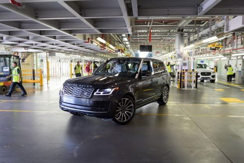 Jaguar Land Rover tái khởi động nhà máy tại Anh, chiếc Range Rover đầu tiên xuất xưởng thời Covid-19