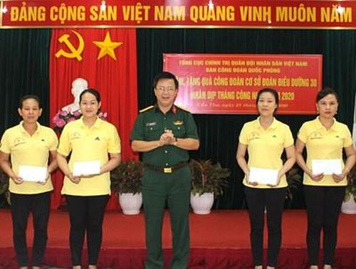 Ban Công đoàn Quốc phòng thăm và tặng quà công đoàn cơ sở trên địa bàn Quân khu 9