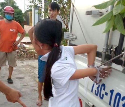 Bé gái 12 tuổi bị gia đình cột chân trói tay vào xe tải vì nghi trộm tiền