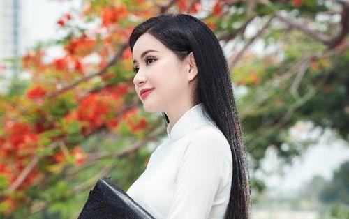 Á hậu - Doanh nhân Huyền Cò đẹp mơ màng, tinh khôi tà áo trắng bên sắc hoa phượng đầu mùa