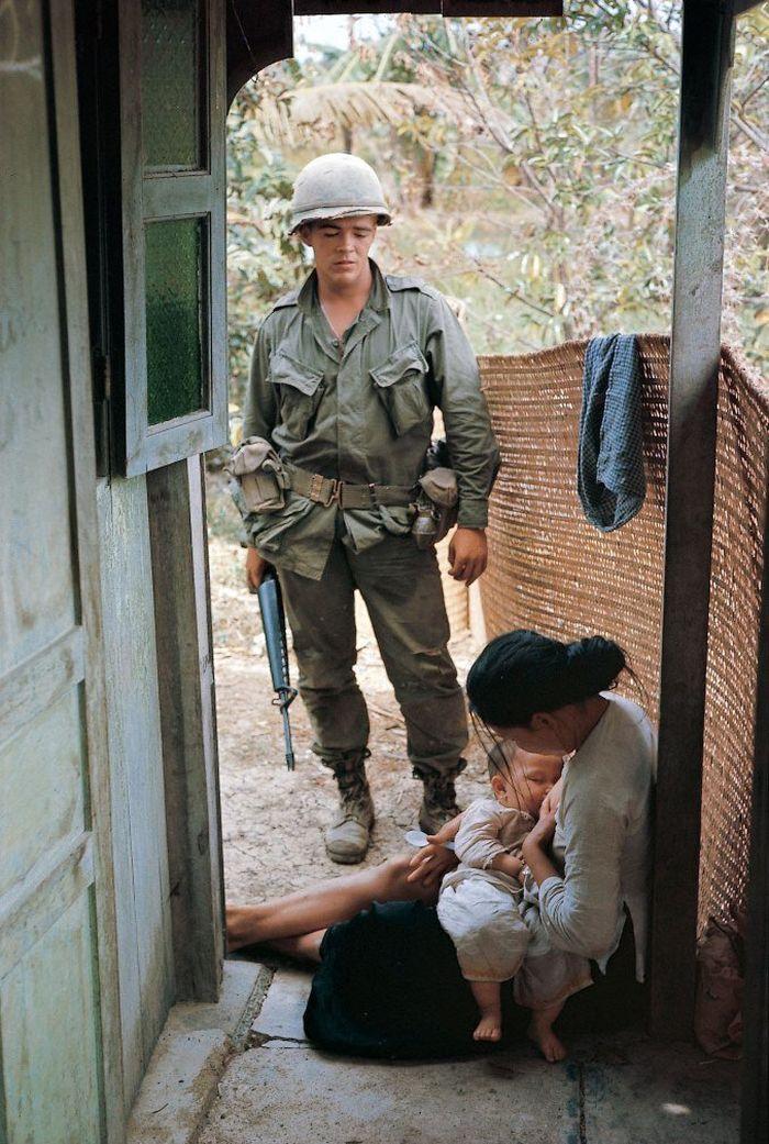 Gặp lại 'em bé' trong bức ảnh mẹ cho bú trước khi bị tên lính Mỹ hành quyết - Ảnh 1