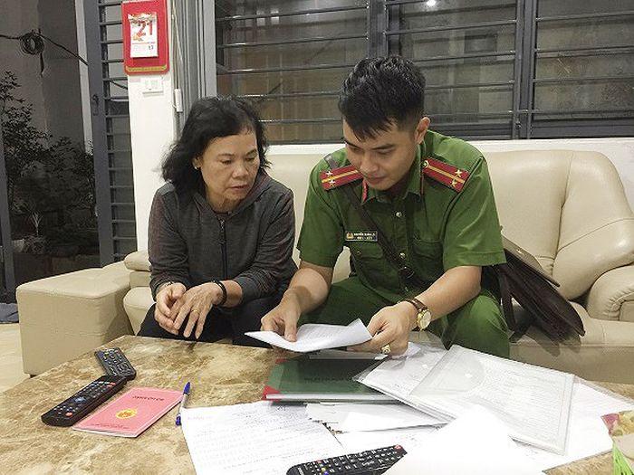 Chiến sỹ CSKV hướng dẫn các chủ nhà trọ một số thủ tục đăng ký tạm trú cho khách thuê trọ mới