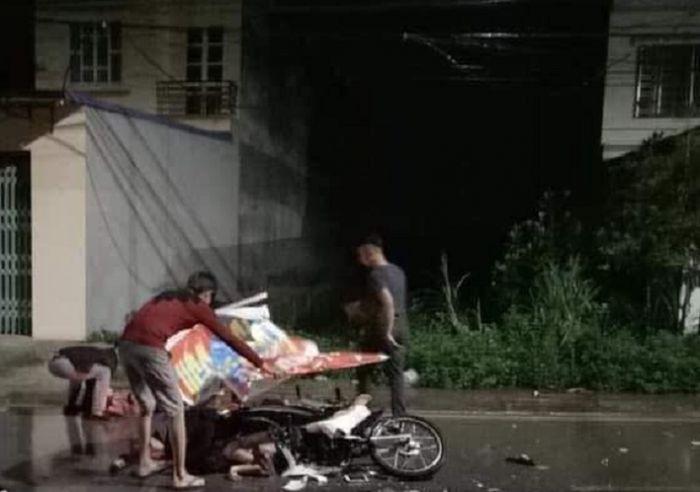 Hình ảnh 2 xe máy đấu đầu kinh hoàng trong đêm, 7 người thương vong số 1