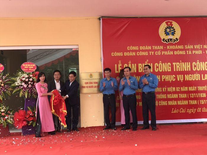 Báo Lao Động: CĐ Than – Khoáng sản VN gắn biển Cụm công trình phục vụ NLĐ Cty CP Đồng Tả Phời