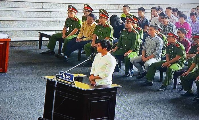 Báo Người Đưa Tin: Xét xử ông Phan Văn Vĩnh: Từ 'Thần Bài' đến 'Bán Nhà Chơi Rik'