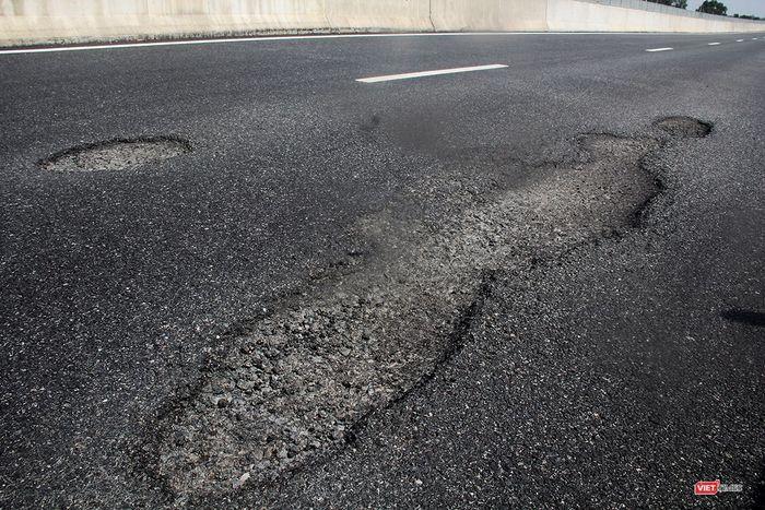 Cận cảnh vết hư hỏng mặt đường trên tuyến cao tốc Đà Nẵng-Quảng Ngãi. (Ảnh: Internet)