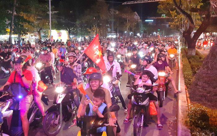 Người dân Cần Thơ xuống đường ăn mừng chiến thắng đội tuyển Việt Nam