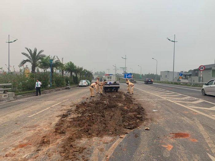 Tránh đống bùn, 4 Ôtô tông nhau trên đường ra sân bay Nội Bài