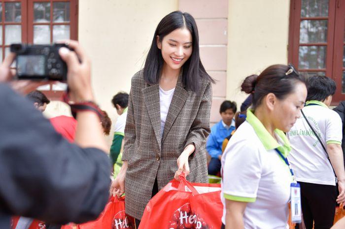 Hậu Ami Fashion Show, Nam Anh đi trao 200 phần quà ý nghĩa cho người khó khăn
