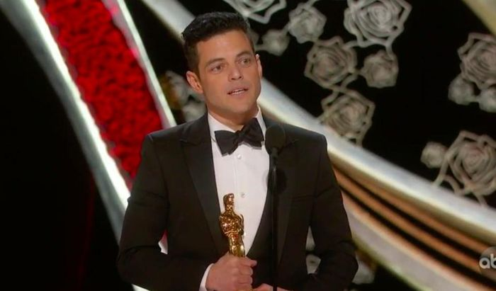 Tài tử 'Bohemian Rhapsody' ngã khỏi sân khấu sau khi giành tượng Oscar