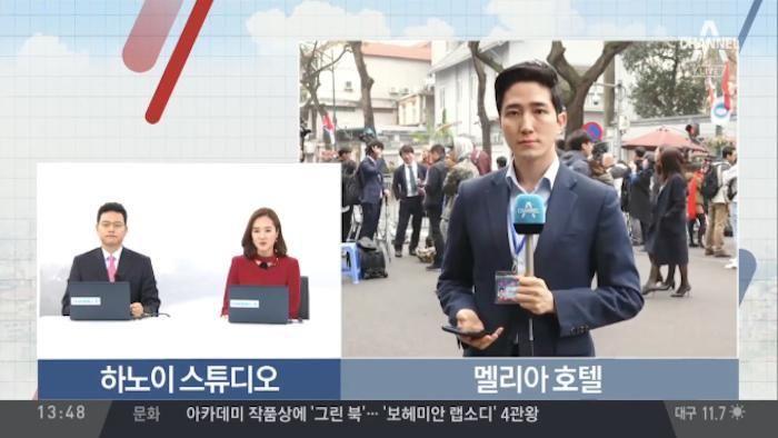 Phóng viên điển trai Hàn Quốc đang tác nghiệp ở Hà Nội gây 'bão' mạng xã hội