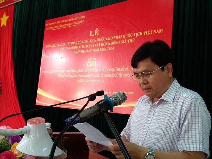 Báo Pháp Luật VN: Trao quyết định nhập quốc tịch Việt Nam cho 38 người Lào di cư tự do và kết hôn không giá thú