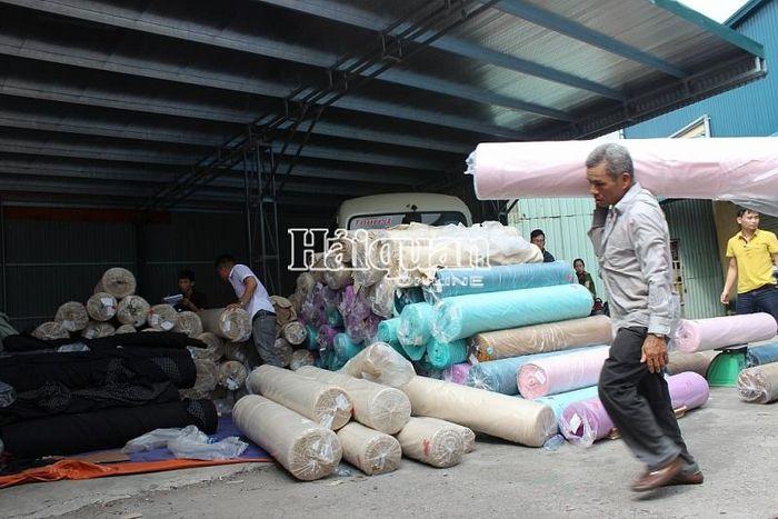 Báo Hải Quan: Vụ vải nguyên liệu 'đội lốt' vải vụn, bắt giữ hơn 22 tấn