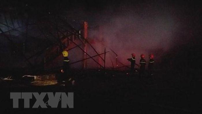 Báo VietnamPlus: Kon Tum: Nhà rông truyền thống cháy rụi sau khi bị sét đánh