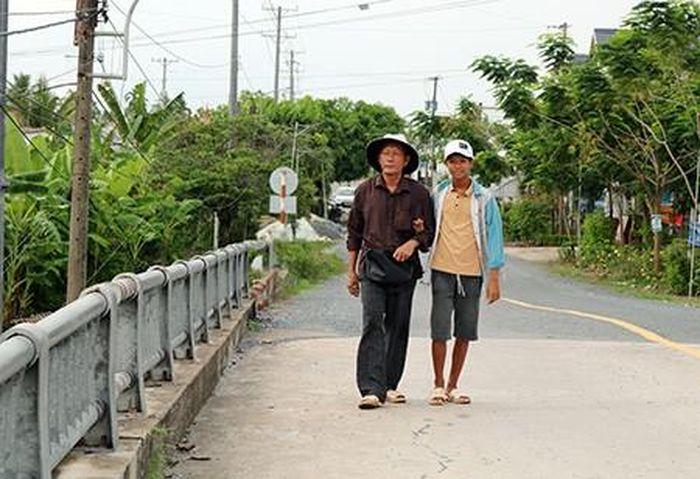 Báo NLĐ: Thương quá ngày hè của trẻ nghèo miệt Hậu Giang