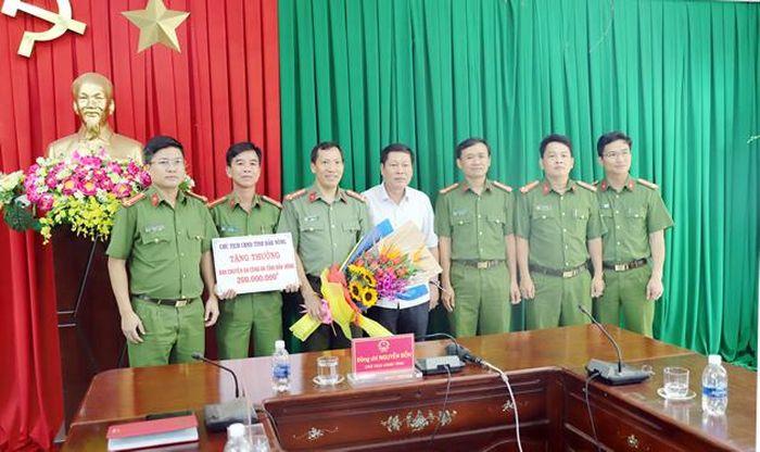 Báo CAĐN: Khen thưởng CA tỉnh Đắk Nông về thành tích triệt phá đường dây sản xuất, buôn bán xăng giả quy mô lớn