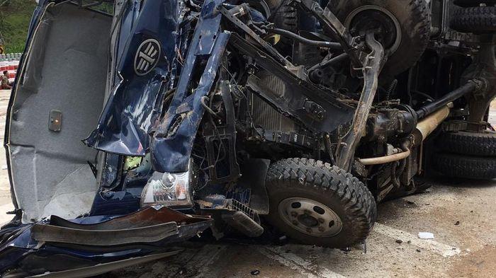 Báo Thanh Niên: Lật xe trên đèo Lò Xo, xe tải nát đầu, 3 người bị thương