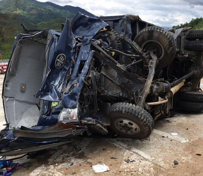 Báo BVPL: Xe tải mất lái lật trên đèo Lò Xo, 3 người bị thương