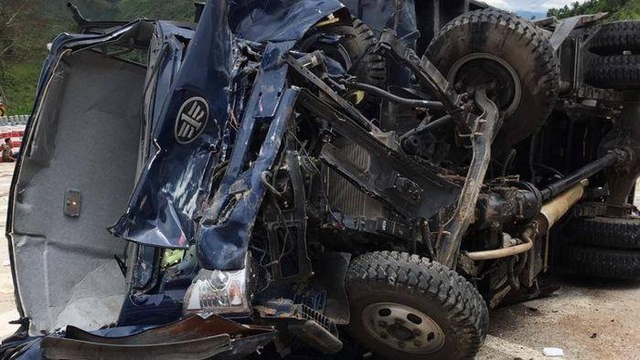 Báo ATGT: Xe tải chưa cấp BKS lật trên đèo Lò Xo làm 3 người bị thương
