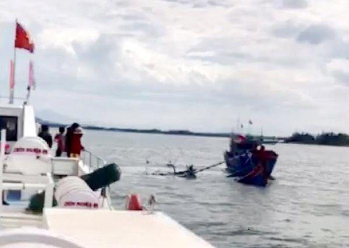 Báo KTĐT: Quảng Ngãi: Cứu kịp thời 8 người bị nạn trên biển