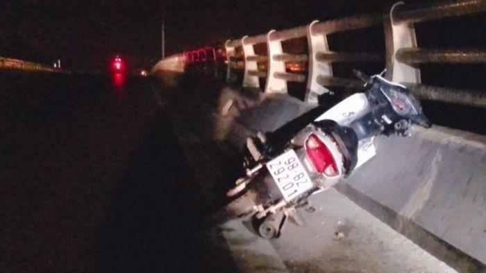 Báo ATGT: Bắc Giang: Nghi án thanh niên say rượu tự lao xe vào thành cầu
