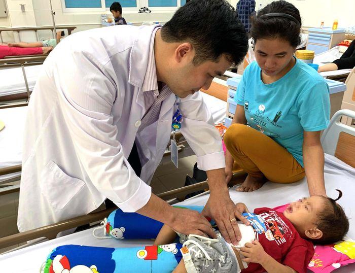 Bé 2 tuổi ở Quảng Ngãi đau đớn vì khối u nặng 0,5kg ở hạ vị