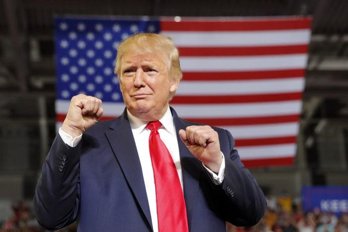 Tong thong Ukraine bi cuon vao be boi cua ong Trump