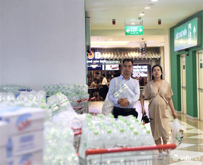 Lo bị cắt nước sinh hoạt, người Hà Nội đổ xô tới siêu thị mua nước đóng chai