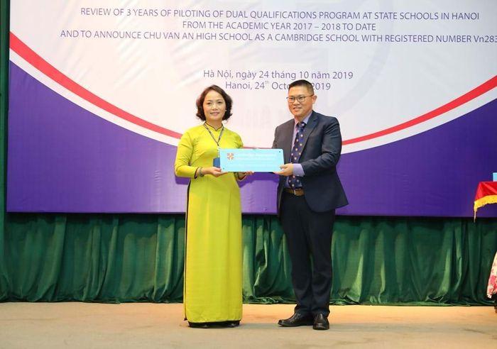 Ông Melvyn Lim đại diện Cambridge International trao tặng biển hiệu trường Cambridge cho bà Lê Mai Anh - Hiệu trưởng trường THPT Chu Văn An.