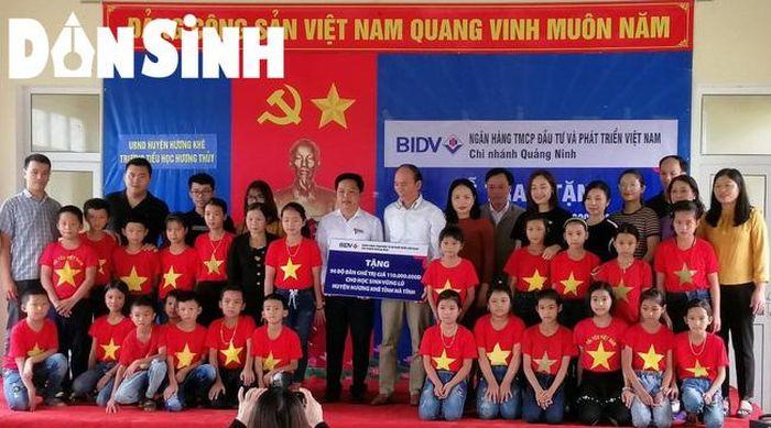 Ngân hàng Thương mại cổ phần Đầu tư & Phát triển (BIDV) Quảng Ninh trao tặng bàn ghế cho học sinh vùng lũ xã Hương Thủy, huyện Hương Khê (Hà Tĩnh).