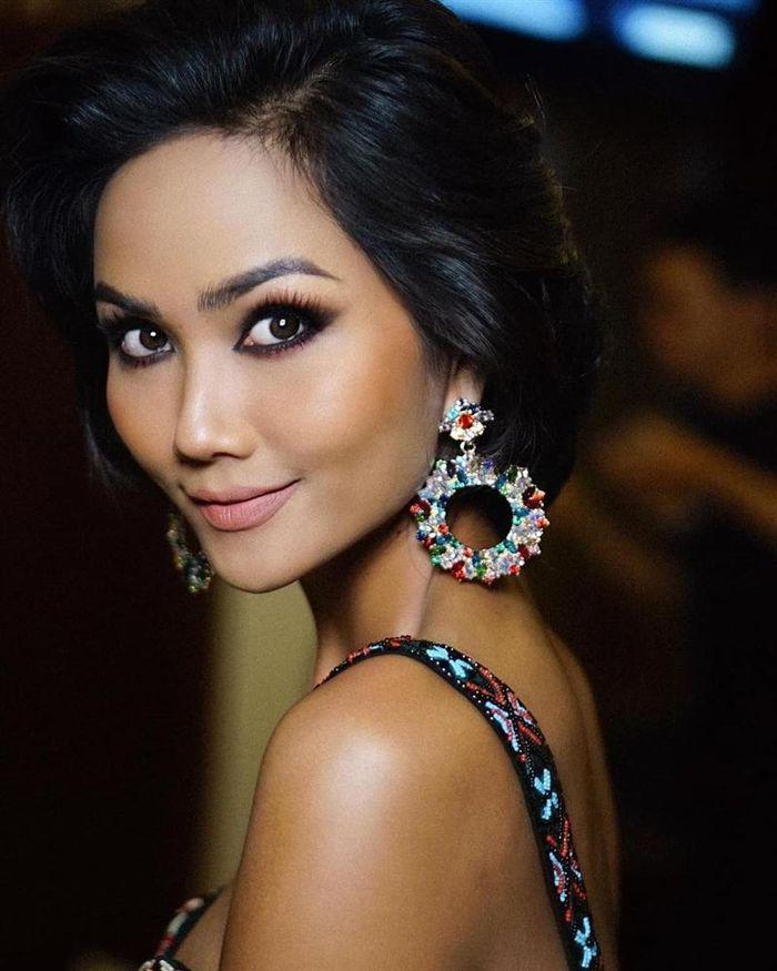 Báo 2Sao: Bản tin Hoa hậu Hoàn vũ 11/11: H'Hen Niê họa mặt đẹp ngỡ ngàng, 'chặt chém' Hoàng Thùy lẫn Lệ Hằng