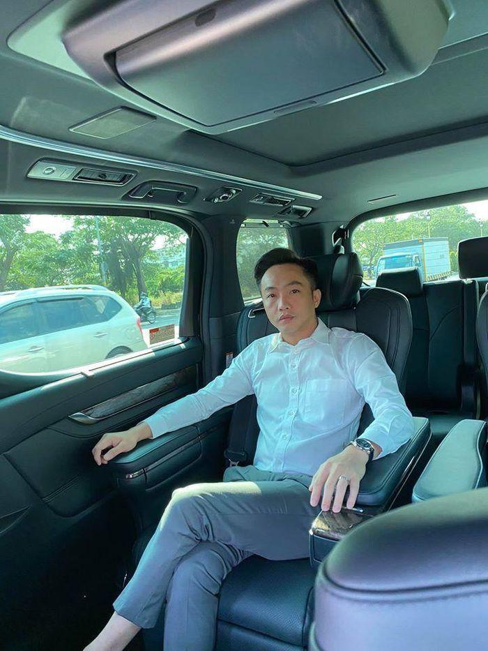 """Doanh nhân Nguyễn Quốc Cường (tức Cường """"Đô La"""") được cho là đang ngồi ở hàng ghế sau của chiếc Toyota Alphard. Ảnh: FBNV"""