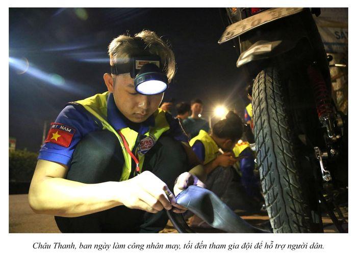 Biệt đội cứu hộ xuyên đêm miễn phí ở Sài Gòn (xe bể bánh, hết xăng, hư bugi,...) 17