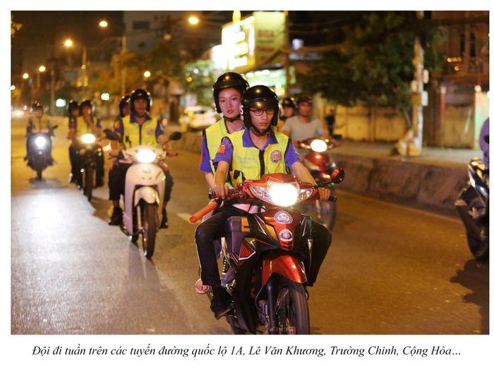 Biệt đội cứu hộ xuyên đêm miễn phí ở Sài Gòn (xe bể bánh, hết xăng, hư bugi,...) 12
