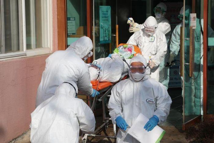Kết quả hình ảnh cho Ca nhiễm tăng chóng mặt, Hàn Quốc thành mặt trận mới chống Covid-19