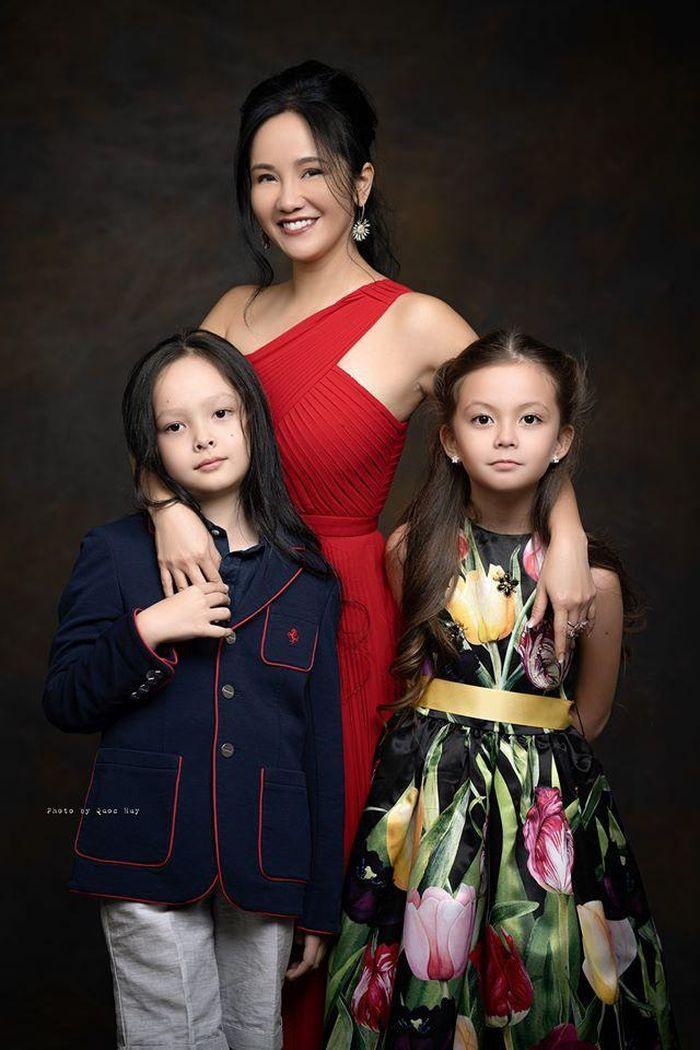 Hồng Nhung khoe ảnh 2 con sinh đôi cực đẹp mừng sinh nhật 8 tuổi