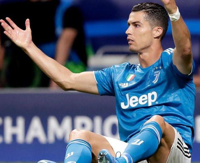Ronaldo bị Messi bỏ xa trong danh sách cầu thủ hay nhất mùa