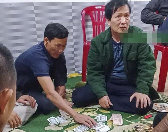 Cách chức chủ tịch xã đánh bạc giữa dịch Covid-19