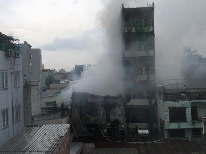 Cháy lớn xưởng giày dép ở Sài Gòn, cột khói bốc cao hàng chục mét