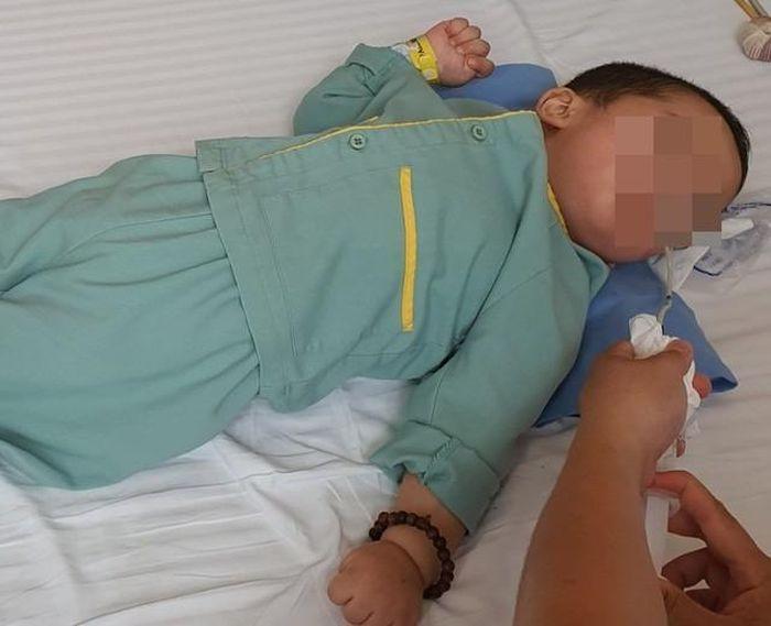 Bé trai 21 tháng bị bại não chỉ sau một cốc trà sữa, cảnh báo sai lầm cha mẹ có thể làm trẻ chết oan