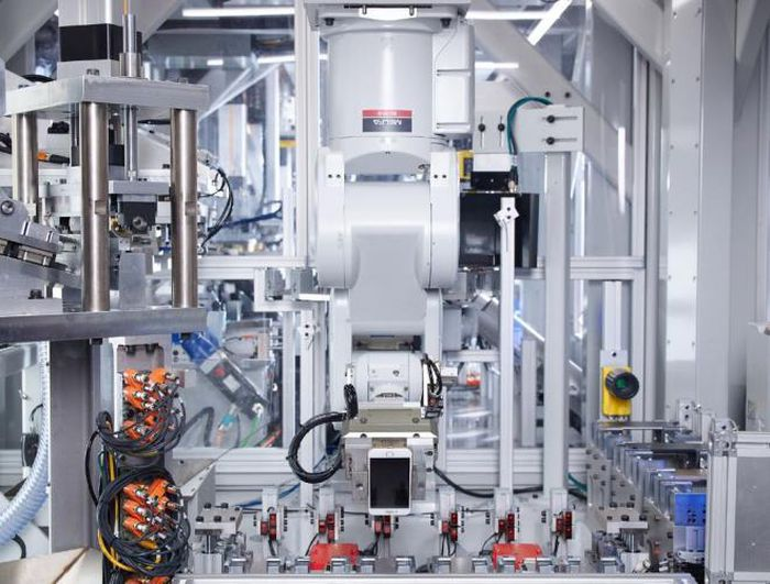 Đổ triệu USD sản xuất robot, Apple thừa nhận con người làm việc tốt hơn