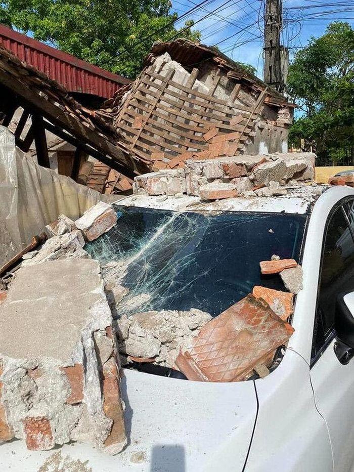 Đỗ xe gần nhà cấp 4 xuống cấp, tài xế ô tô cay đắng nhìn tường đổ đè bẹp xe tiền tỷ anh 2