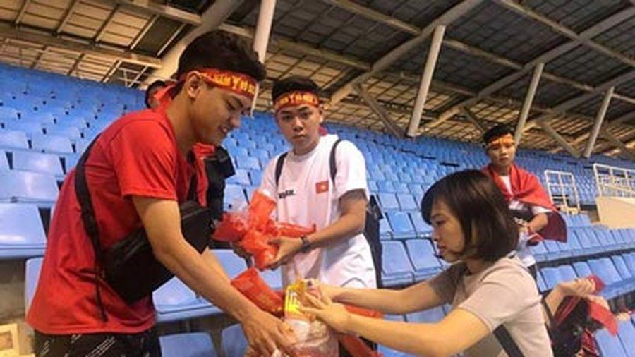 Clip: Hành động đẹp của CĐV Việt Nam sau trận thắng Malaysia