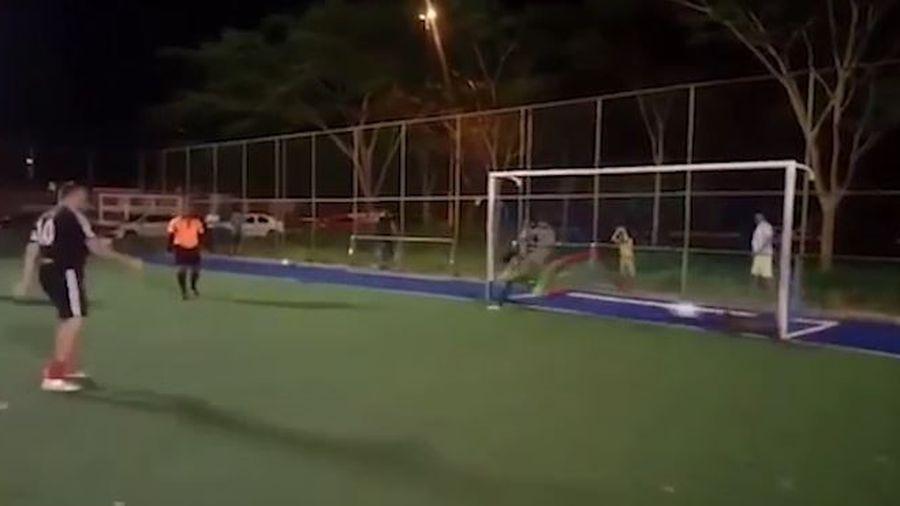 Chó làm thủ môn cản phá 11 m