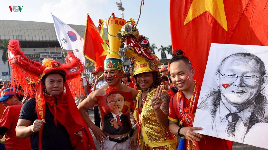 Clip: CĐV nhuộm đỏ Mỹ Đình trước trận đấu ĐT Việt Nam - ĐT Philippines