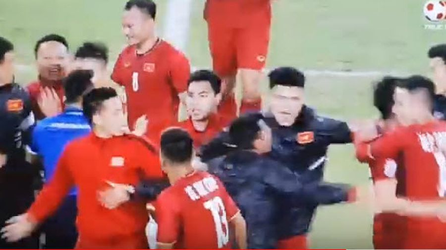 Video khoảnh khắc Việt Nam vô địch AFF Cup sau 10 năm, học trò tung hô HLV Park Hang-seo